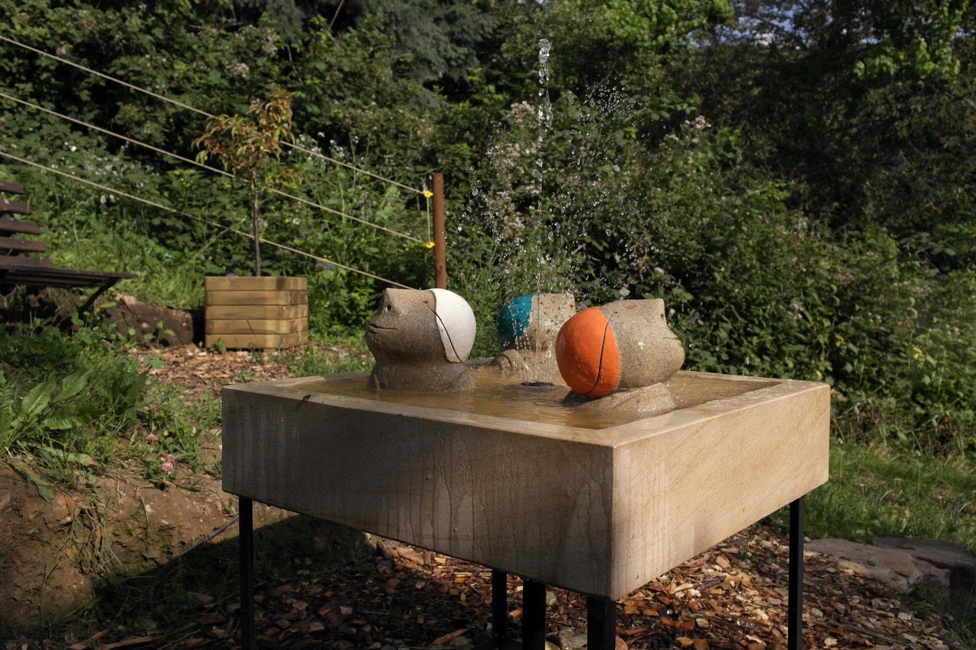 Brunnen mit Wasserspiel und Schwimmern für Garten Hof oder Terrasse