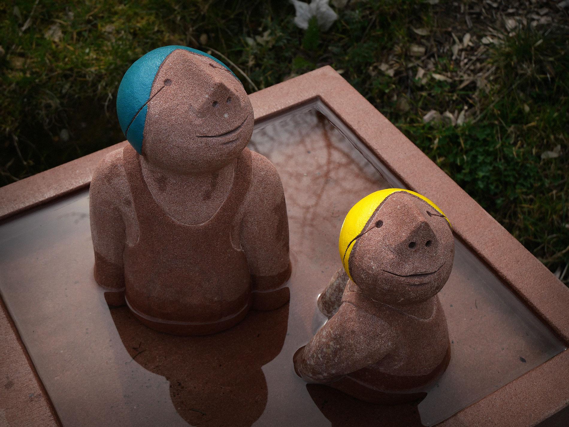 Die Schwimmer-Figuren sind Skulpturen aus Sandstein für Garten Teich und Pool